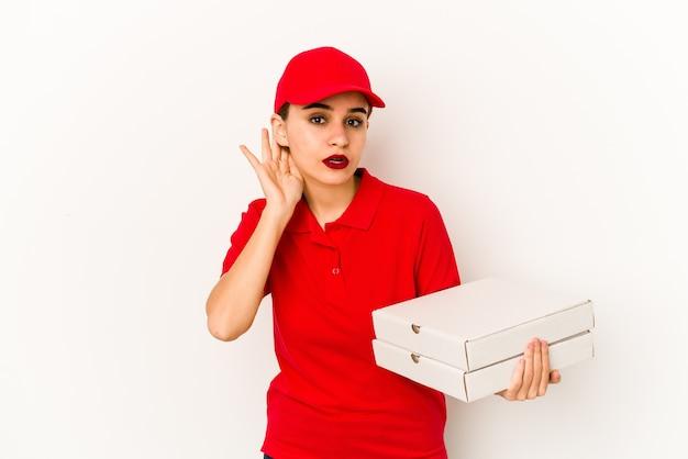 Junges dünnes arabisches pizzabotenmädchen entspannte sich und dachte an etwas, das einen kopienraum ansah.