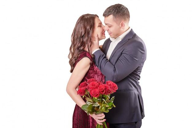 Junges ehepaar mit einem strauß roter rosen