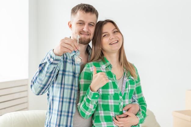 Junges ehepaar mit kisten und flachen schlüsseln