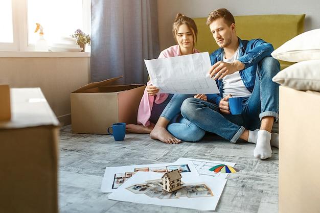 Junges familienpaar kaufte ihre erste kleine wohnung