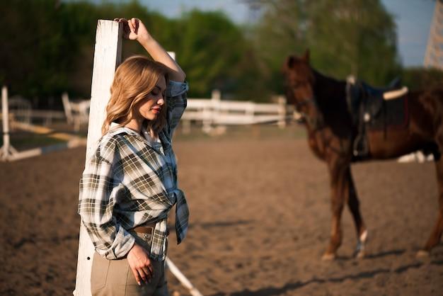 Junges fröhliches mädchen mit ihrem lieblingspferd.