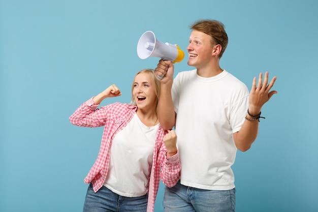 Junges fröhliches paar zwei freunde mann und frau in weißen rosa leeren t-shirts
