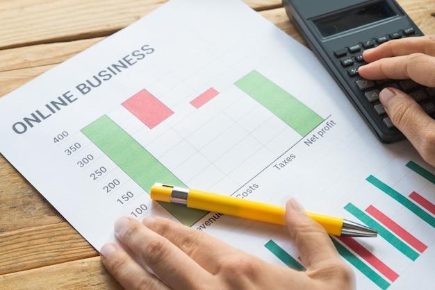 Junges geschäft beschäftigt, unternehmer, der finanzinformationen als grafik analysiert