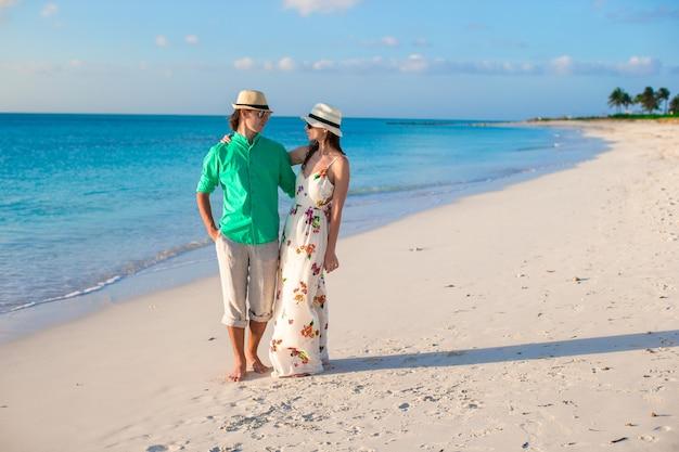 Junges glückliches paar auf tropischen ferien des sommers am abend