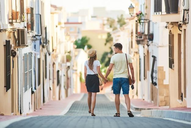 Junges glückliches paar, das in spanien geht