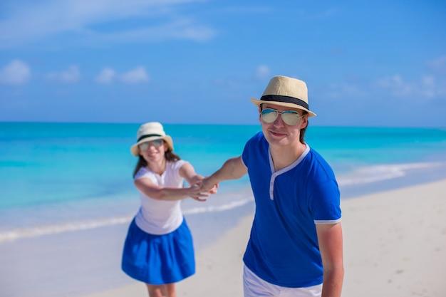 Junges glückliches paar haben spaß auf karibischen ferien