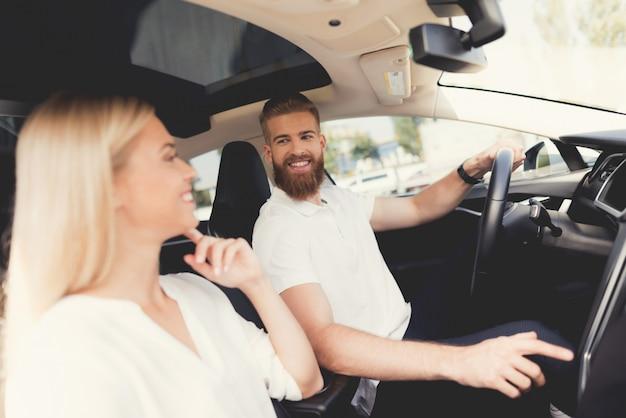 Junges glückliches paar im modernen auto zusammen
