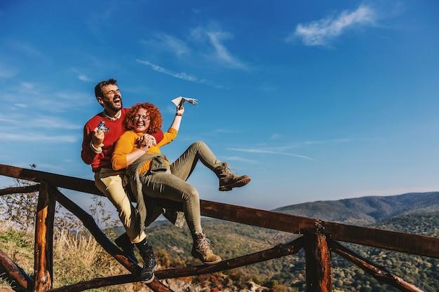 Junges glückliches paar in der liebe, die freizeit in der natur verbringt