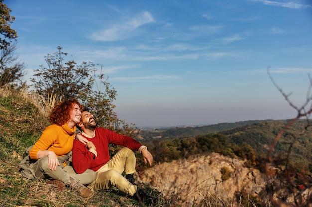 Junges glückliches paar in der liebe, die natur genießt. es ist ein wochenende.