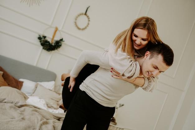 Junges glückliches paar, lächelnd und herumalbern
