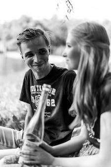 Junges glückliches paar verliebt. kuscheln, küssen, picknick.