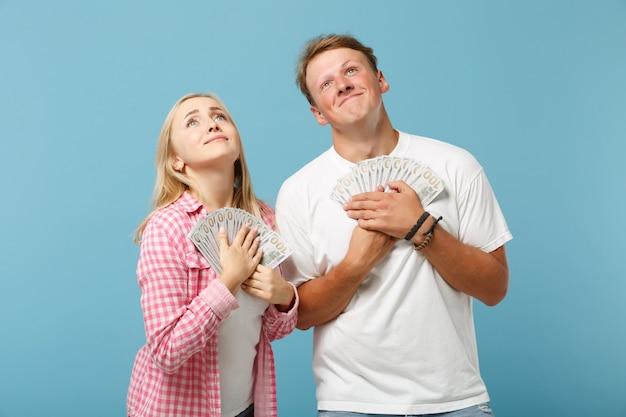 Junges glückliches paar zwei freunde mann und frau in weißen rosa t-shirts posiert