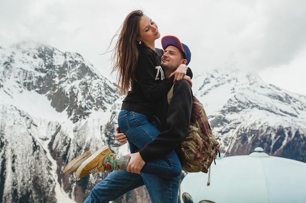 Junges hipster-paar in der liebe, die in den bergen geht