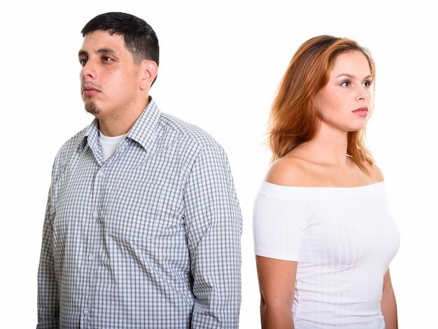 Junges hispanisches paar mit mann, der links und frau schaut