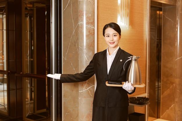 Junges hotelmädchen putzt hotelzimmer