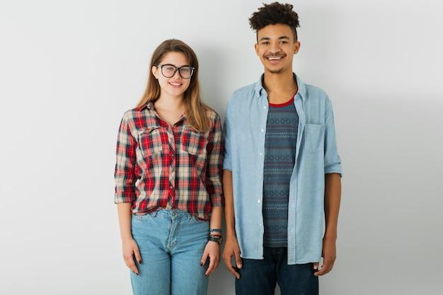 Junges hübsches paar, schöner schwarzafrikaner, schöne frau in hemd, brille, lokalisiert auf weißem hintergrund, jugend, hipster-stil, studenten, freunde zusammen, lächelnder glücklicher kerl und mädchen