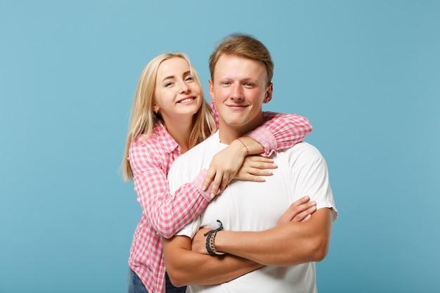 Junges hübsches paar zwei freunde kerl mädchen in weißen rosa leeren leeren design t-shirts posiert