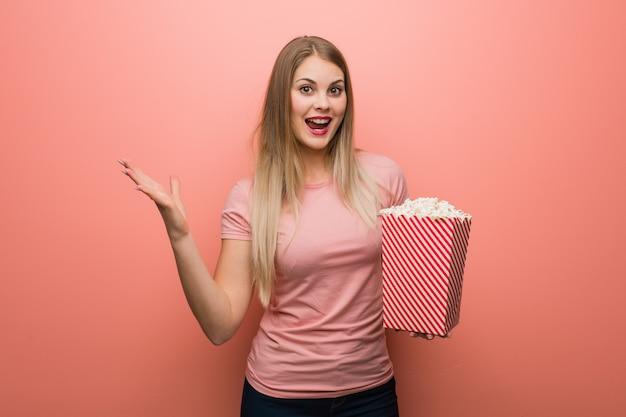 Mädchen mit popcorn mit einem filmabend | Download der