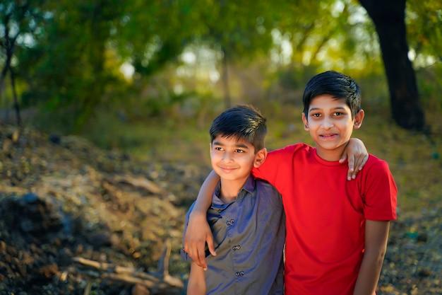Junges indisches ländliches kinderporträt
