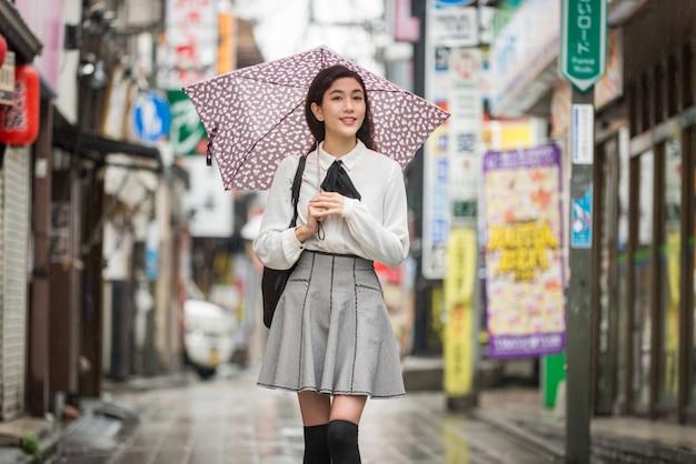 Junges japanisches mädchen im freien