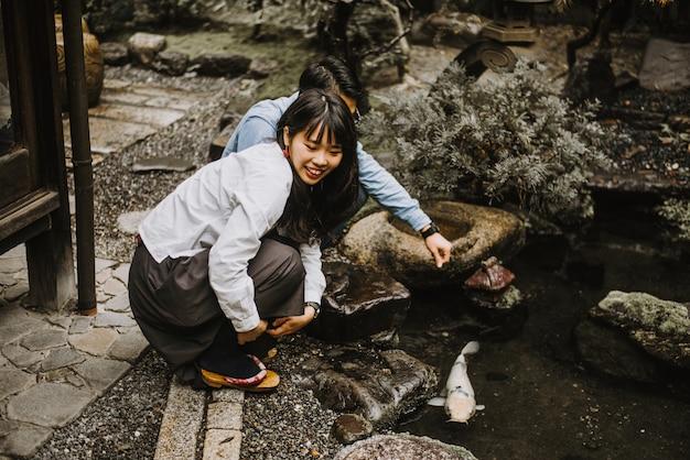 Junges japanisches paar, das zeit in ihrem haus verbringt