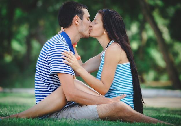Junges jugendlich paar, das im freien küsst
