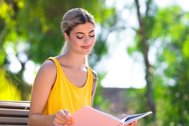 Junges jugendlichstudentenmädchen an draußen