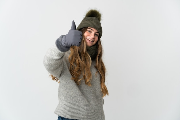 Junges kaukasisches mädchen, das eine winterkleidung isoliert trägt