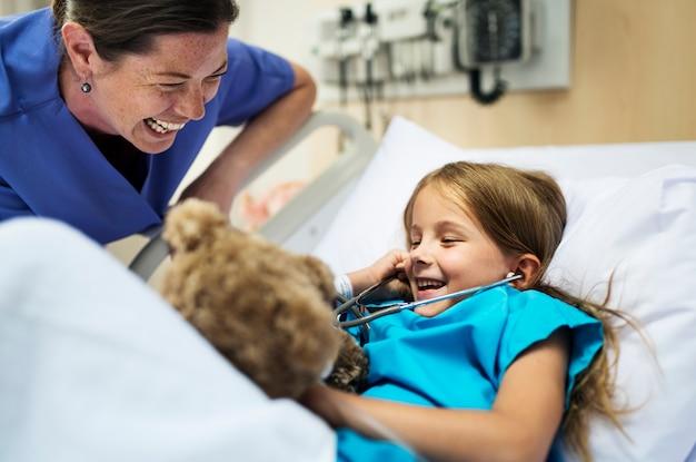 Junges krankes mädchen, das in einem krankenhaus bleibt
