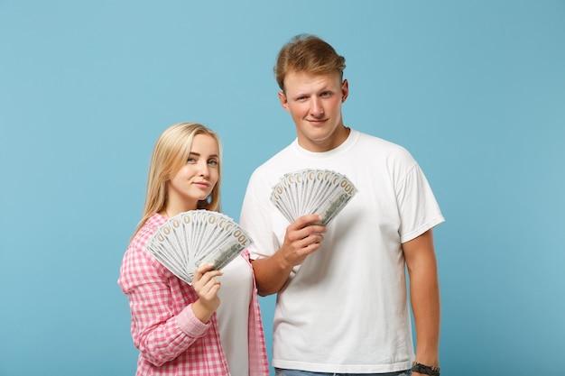 Junges lächelndes paar zwei freunde mann und frau in weißen rosa t-shirts posiert