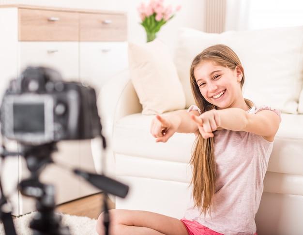 Junges lächelndes videobloger jugendlich mädchen