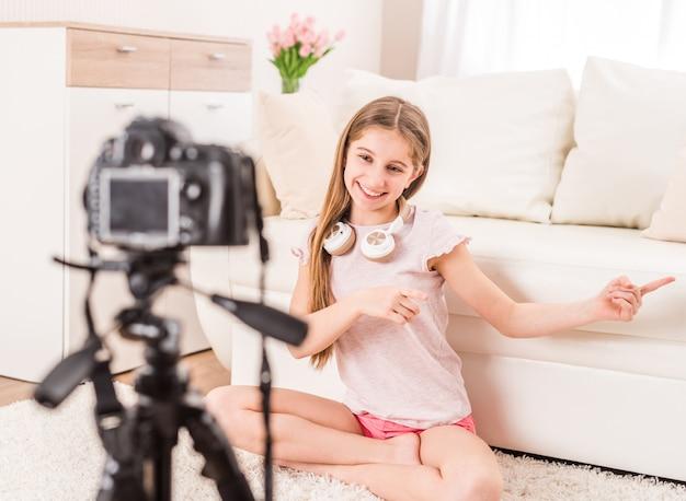 Junges lächelndes videobloger-teenie-mädchen