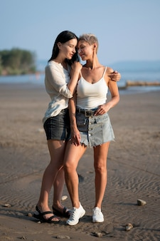 Junges lesbisches paar am meer