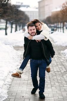 Junges liebespaar auf natürlichen winter. neujahr und weihnachten.