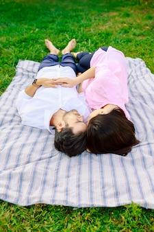 Junges liebespaar, das zusammen liegt, nähe genießend