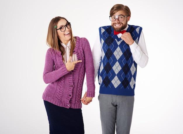 Junges lustig aussehendes geek-paar, das spaß lokalisiert hat