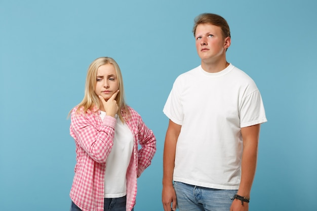 Junges lustiges paar zwei freunde kerl mädchen in weißen rosa leeren leeren design t-shirts posiert