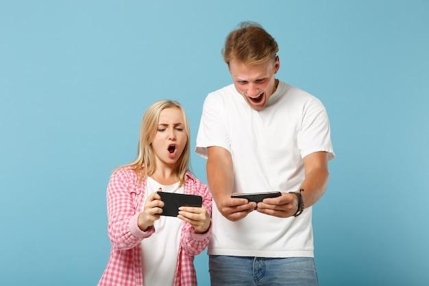 Junges lustiges paar zwei freunde mann und frau in weißen rosa leeren t-shirts posieren