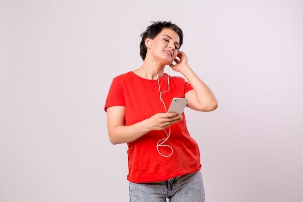 Junges mädchen am telefon musik hören und tanzen
