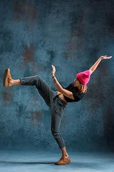 Junges mädchen breakdance an der wand