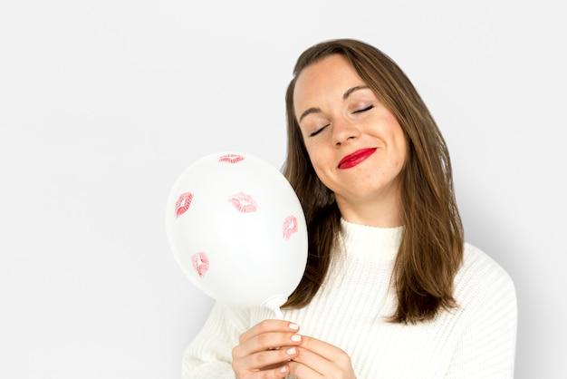 Junges mädchen, das einen ballon halten lächelt