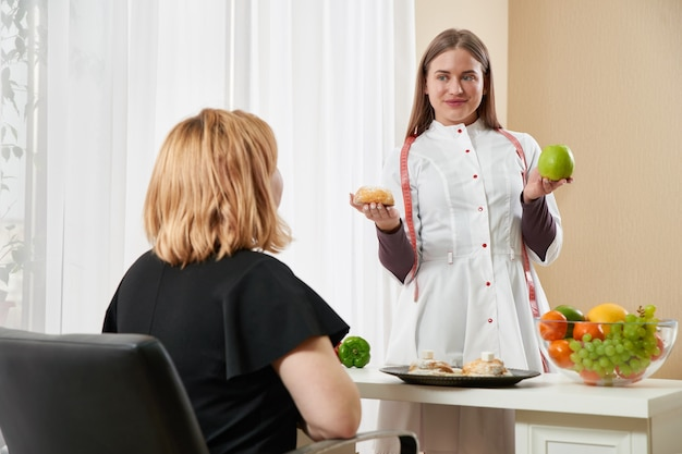 Junges mädchen, das ernährungsberater besucht, um gewicht mit hilfe des diätprogramms zu verlieren.