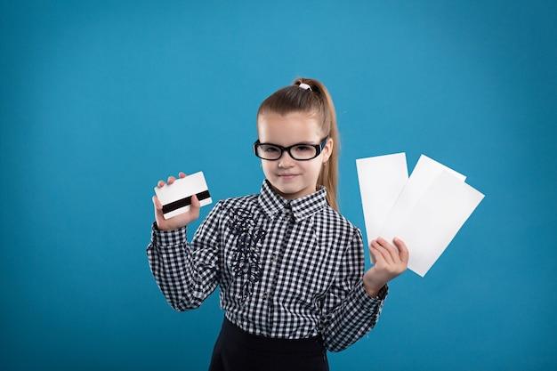 Junges mädchen, das formular und eine kreditkarte und ein lächeln hält