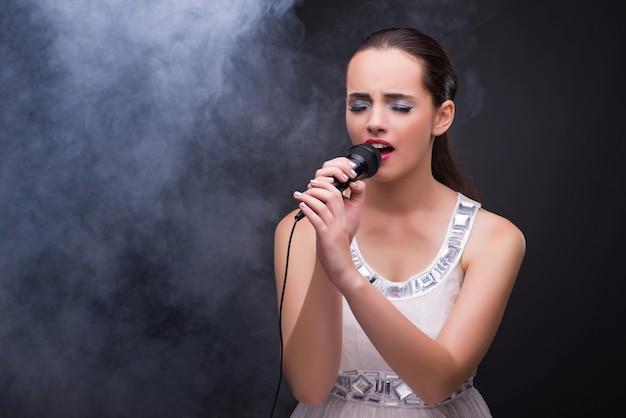 Junges mädchen, das im karaokeverein singt