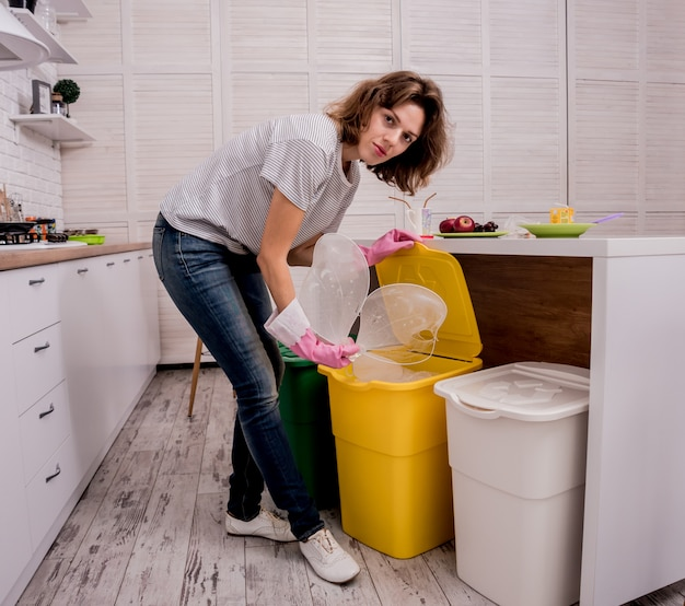 Junges mädchen, das müll an der küche sortiert. konzept des recyclings. kein verlust