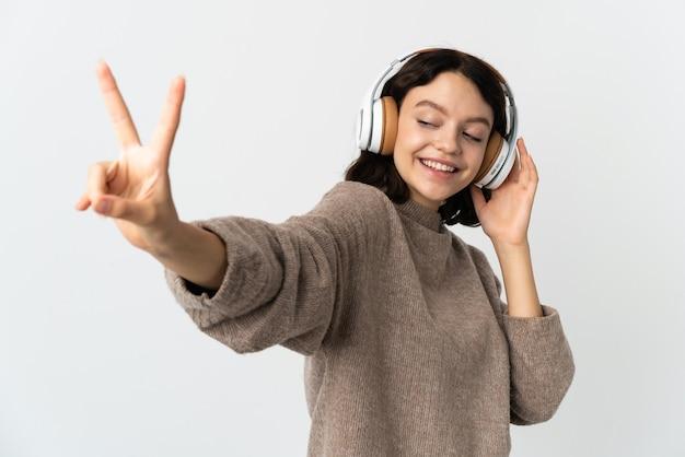 Junges mädchen, das musik hört