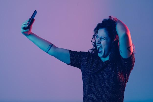 Junges mädchen, das selfie macht und spaß auf einer party hat
