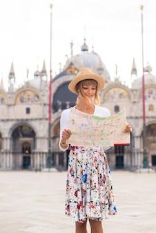Junges mädchen, das spaß beim besuch von venedig hat - tourist, der in italien reist und die wichtigsten sehenswürdigkeiten von venezia besichtigt - konzepte über lebensstil, reisen, tourismus