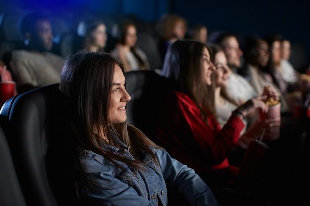 Junges mädchen, das wochenende im kino verbringt.
