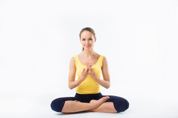 Junges mädchen, das yoga macht